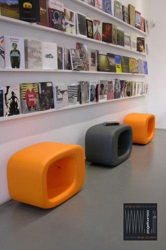 LAZY BONES 3 pezzi  40 X 50 h 72 cm  Peso: 8 Kg  Colore: Nero e Arancione. Disponibile in altri colori su richiesta del cliente. Per informazioni chiamare 02-58315644