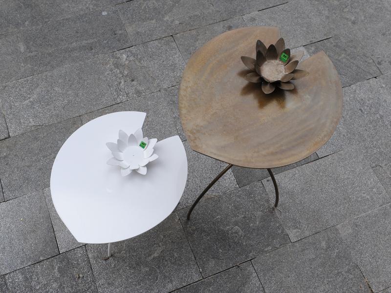 Tavolini per interni ed esterni a forma di fiore di loto con possibilità di personalizzare a richiesta il colore per richieste non esitate a contattarci 0258315644
