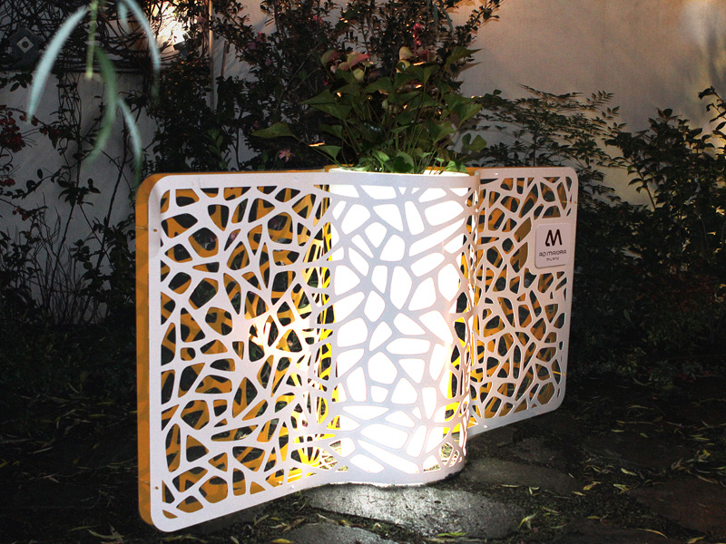 un porta vaso o séparé  anche su misura con luce , il tutto su progetto e su disegno  in questa foto potete vedere un ipotesi chiamateci per sviluppare il vostro progetto tel.0258315644