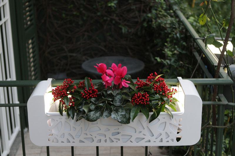 hi fior  ,fioriera unica nel suo genere porta bicchieri e si illumina e all'occorrenza porta vasi ...utile per ambienti dove si vuole sfruttare i terrazzi e balconi per fare aperitivi..tel 0258315644