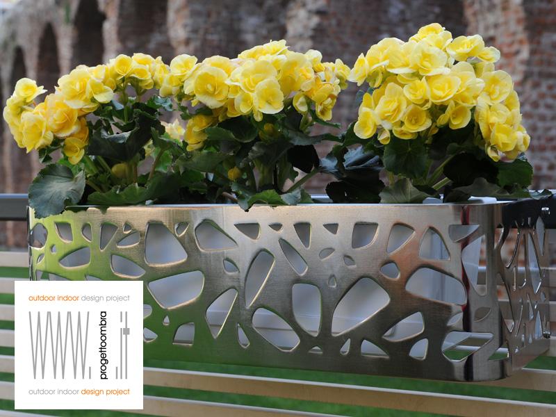 per preventivi 0258315644Fioriere per balconi terrazzi . vasi su misura con gusto   il gusto e la flessibilità  nei colori nelle misure e nella decorazione dei  nostri prodotti  tutto ed esclusivamente made in italy ,  produzione italiana progetto omb