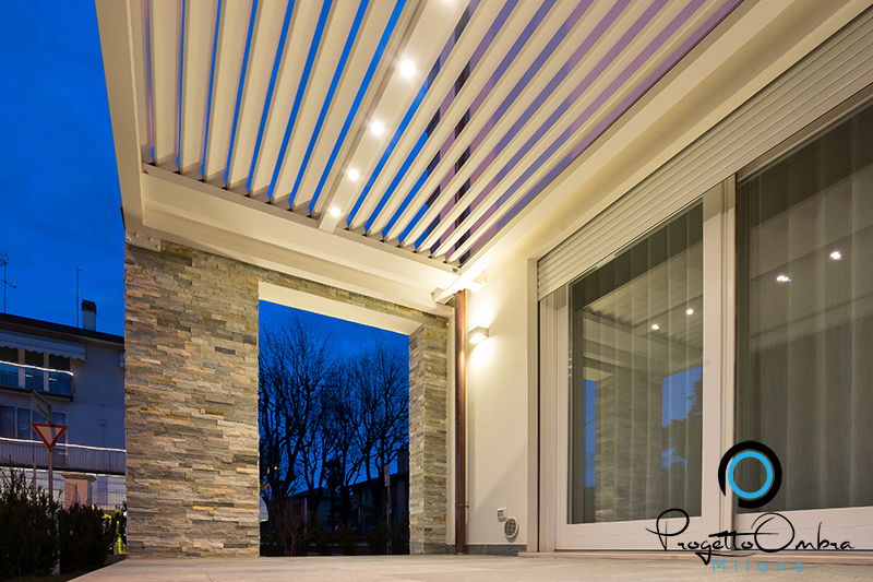 Bioclimatica addossata a muro con effetti di luce bianca